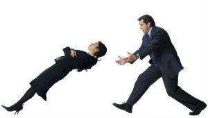 Mujer cayendo de espalda, prueba de confianza