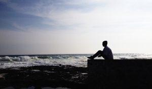 Hombre mirando al oceano